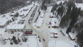 De auto's drijven langs de landweg aan het parkeren van een de toevluchtantenne van de de winterski stock videobeelden