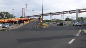 De auto's drijven op onramprubriek tegen 25 DE Abril Bridge in Lissabon, Portugal stock videobeelden