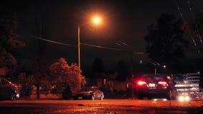 De auto's drijven voorbij op City Road bij Nacht stock videobeelden