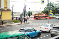 De auto's en de bussen gaan op de weg in het stadscentrum Stadsvervoer in Rusland royalty-vrije stock foto's