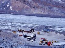 De auto's en de bussen komen bij het bezoekerscentrum aan in Colombia Icefield royalty-vrije stock fotografie