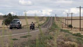 De auto's en motocycles drijven langs de lange prairieweg stock footage