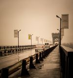 De auto's gaan de brug over de Dnieper-Rivier over royalty-vrije stock foto