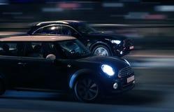 De auto's gaan op de nachtstad stock foto's