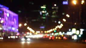 De auto's gaan op de nachtstraat stock video