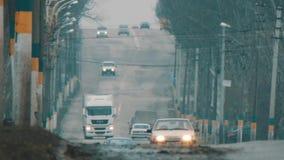 De auto's gaan op de weg stock footage