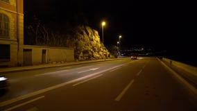 De auto's gaan op donkere nachtstad stock video