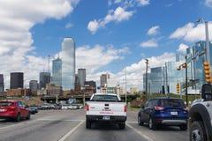 De auto's hielden bij een verkeerslicht op bij de ingang van de stad van Dallas in Texas Stock Foto