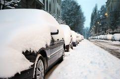 De auto's krompen met sneeuw ineen Stock Foto