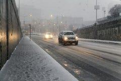 De auto's leiden gladde wegen tijdens sneeuwonweer in Bronx Nieuw Y stock afbeeldingen