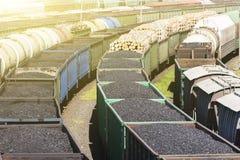 De auto's met een lading van steenkool en hout, de trein draagt steenkool, hout, brandstof Vervoerbedrijf royalty-vrije stock foto
