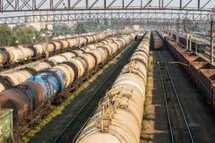 De auto's van de spoorwegtank en ladingswagens Stock Foto's