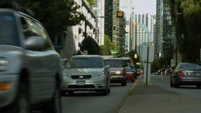 De auto's van de tijdtijdspanne bij rood licht stock videobeelden