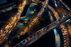 De Auto's van het de Stadsverkeer van Panama op Weg en Straten bij Nacht Royalty-vrije Stock Afbeelding