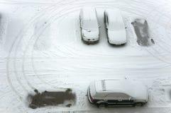 De auto's van het grondparkeren na sneeuwval Stock Afbeelding