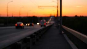 De auto's van het wegverkeer bij de achtergrond van het nachtonduidelijke beeld Auto's die zich op weg op brugavond bewegen Snelw stock footage