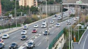 De Auto's van het wegverkeer het Drijven Opgeheven Standpunt bij Veelvoudige Steegspeedwaybaan stock videobeelden