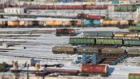 De auto's van de spoorwegtank met olie alsof een stuk speelgoed spoorweg stock video