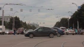 De auto's van stadskruispunten stock footage