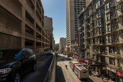 De auto's verlaten een parkeerterrein bij struikstraat in San Francisco, Californië, de V.S. stock fotografie