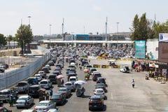 De auto's wachten in Lijnen om de Grens van Tijuana aan San Diego te overschrijden Stock Fotografie