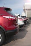 De auto's worden op een rij geparkeerd Stock Afbeeldingen