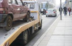 De auto slepende vrachtwagen van de kant van de weghulp Royalty-vrije Stock Fotografie