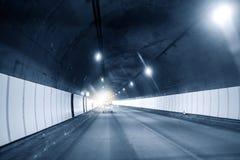 De auto in de tunnel terwijl het verdrijven van de tunnel royalty-vrije stock foto