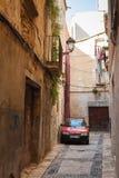 De auto van Citroën op de smalle straat die in Tarragona wordt geparkeerd Stock Fotografie