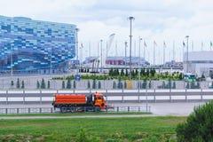 De auto van de bereikweg het drijven op Olympische Weg rond het Olympische Park landscaping Royalty-vrije Stock Foto