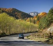 De auto van de de herfstweg Stock Afbeelding