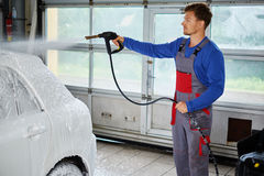 De auto van de de wasluxe van de mensenarbeider op een autowasserette Royalty-vrije Stock Fotografie
