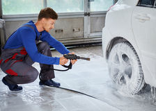 De auto van de de wasluxe van de mensenarbeider op een autowasserette Stock Fotografie