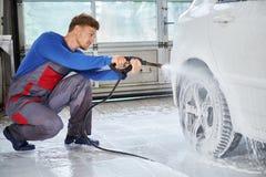 De auto van de de wasluxe van de mensenarbeider op een autowasserette Royalty-vrije Stock Foto's