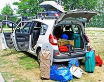 De auto van de familie die met bagage op vakantie wordt geladen Stock Foto's