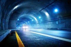 De auto van de hoge snelheid in de tunnel Stock Foto's