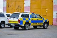 De auto van de luchthavenveiligheid bevindt zich bij het parkeren van de Internationale Luchthaven van Pulkovo Royalty-vrije Stock Fotografie