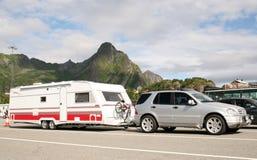De auto van de luxe het geven caravan met fietsen  Royalty-vrije Stock Afbeelding