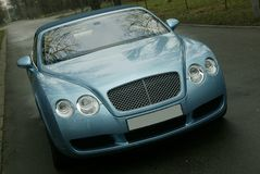 De auto van de luxe op de weg royalty-vrije stock afbeeldingen