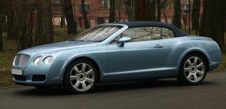 De auto van de luxe op de weg royalty-vrije stock fotografie