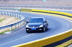 De auto van de luxe op de weg stock afbeeldingen