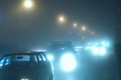De auto van de nacht in mist Royalty-vrije Stock Afbeeldingen