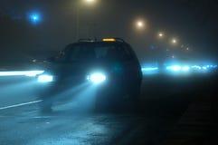 De auto van de nacht in mist Stock Foto