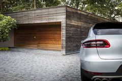 De auto van de sportsuv van Nice voor een garage Stock Afbeeldingen