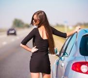 De auto van de vrouwenweg, halve hoogte! Stock Foto's