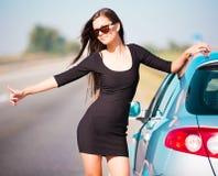 De auto van de vrouwenweg, halve hoogte Stock Afbeeldingen
