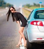 De auto van de vrouwenweg, volledige hoogte Stock Afbeelding