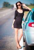 De auto van de vrouwenweg, volledige hoogte! Royalty-vrije Stock Afbeelding