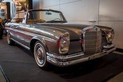 De auto van de ware grootteluxe Mercedes-Benz 300 SE-Cabriolet W112, 1967 Stock Afbeeldingen
