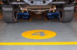 De auto van het de voertuigenonderhoud van het liftenonderhoud in garage Royalty-vrije Stock Foto's